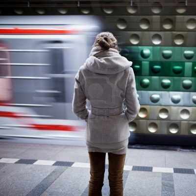 11034252-vrouw-te-wachten-op-een-metro-station