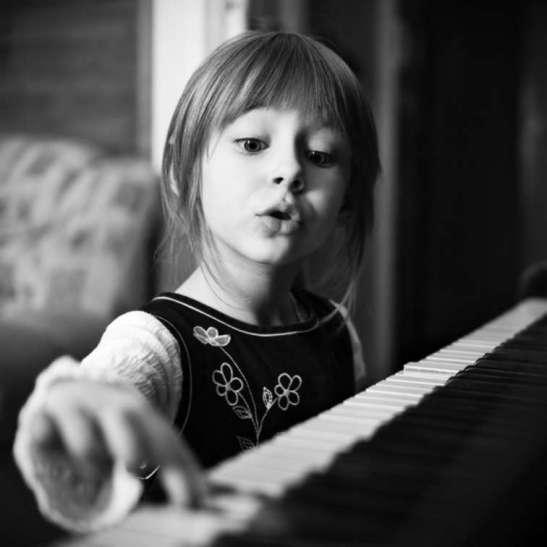 girl_piano_reach